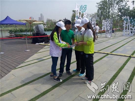 武汉大学生志愿者服务园博会获央视记者点赞
