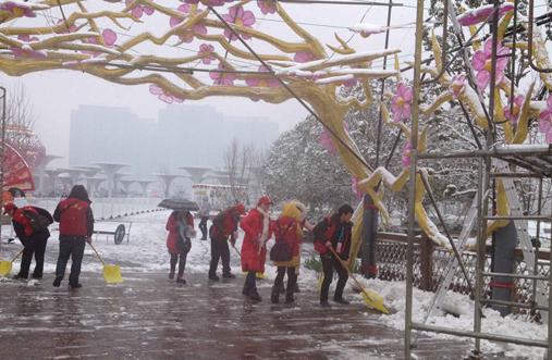 """风雪中 让游客温暖的""""红马甲"""""""